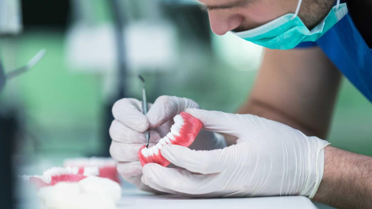 Fundação Oral Health lança novas diretrizes para adesivos para próteses dentárias
